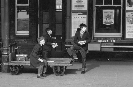 64_Trainspotters Grantham 1964381
